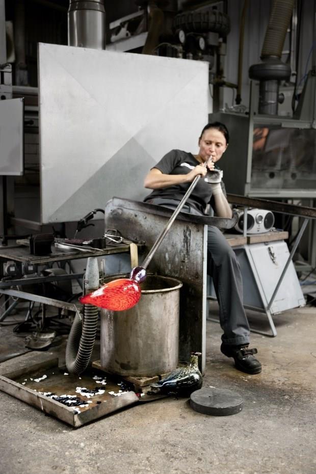 芬蘭國寶玻璃工藝 金屬紅「上海鳥」正式登台