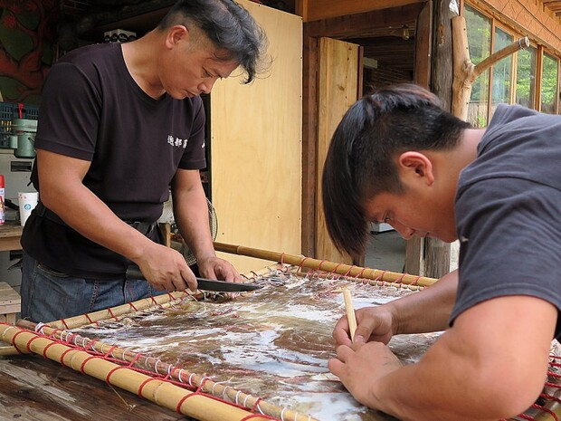 鄒族鞣皮技術製作多功能衣飾